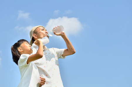 Parents and children to drink water in the blue sky