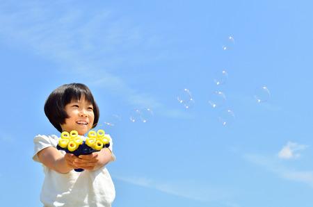 burbujas de jabon: Chica con pompas de jab�n  Foto de archivo