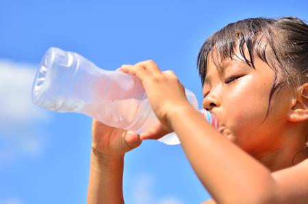 sediento: Agua potable de niña