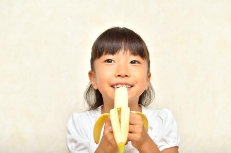 comiendo platano: La muchacha come el plátano