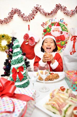 Traje de Santa Claus para disfrutar de la niña de la fiesta de Navidad Foto de archivo