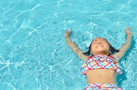 hot asian: Девушка в бассейне Фото со стока