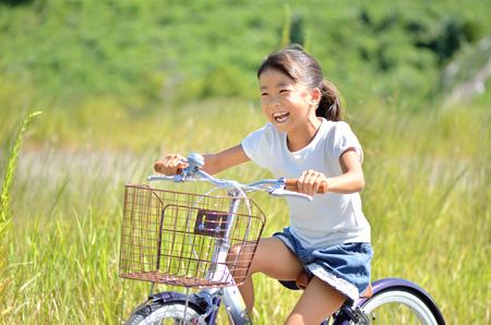 女孩骑着自行车