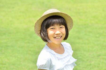 chapeau de paille: Fille sourire dans la prairie (chapeau de paille)