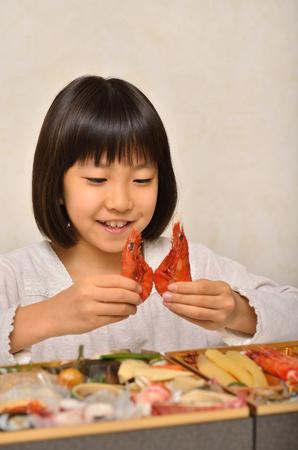 女の子は日本の新年の休日を楽しむ 写真素材