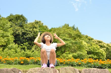 cuerpo entero: Girls smiling in the flower garden (straw hat
