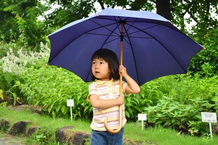 여자는 우산을 엽니 다 스톡 콘텐츠 - 94705048