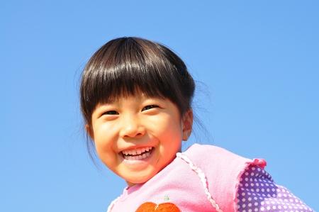 여자는 푸른 하늘에 웃고있다. 스톡 콘텐츠 - 94705078
