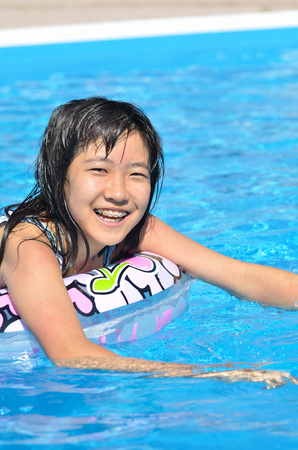 Girl's playing in the pool 版權商用圖片