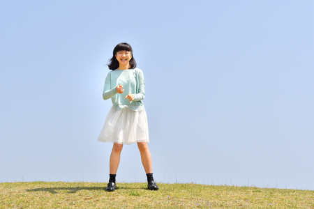Japanese girl smiling in the blue sky 免版税图像