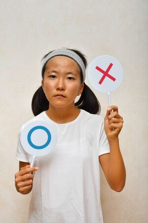 Japonesa saca el plato malo Foto de archivo