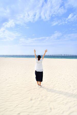 Japanese girl standing in the beach - Okinawa Miyakojima rear view Zdjęcie Seryjne