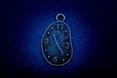 Concept de temps sur fond noir, passé présent futur horloge,