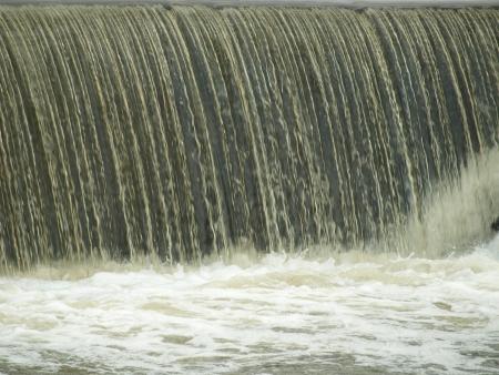 espumante: cayendo y agua espumosa blanca. Bohemia del Sur Foto de archivo