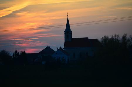 Západ slunce, kostel sv. Jakuba, obec Hurky, jižní Čechy, Česká republika