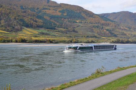 výletní loď na řece Dunaj, Rakousko Reklamní fotografie - 89628139