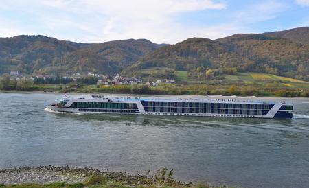 výletní loď na řece Dunaj, Rakousko Reklamní fotografie - 90071954