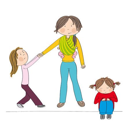 Freches eifersüchtiges kleines Mädchen, das gegen die Aufmerksamkeit der Mutter kämpft, an ihrer Hand zieht und sich schlecht benimmt. Das kleine Mädchen ihrer Schwester sitzt traurig auf dem Boden. Mutter, die drittes Kind, kleines Baby, im Tragetuch trägt.