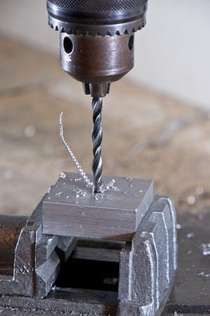 Bohren in einem Metallblock