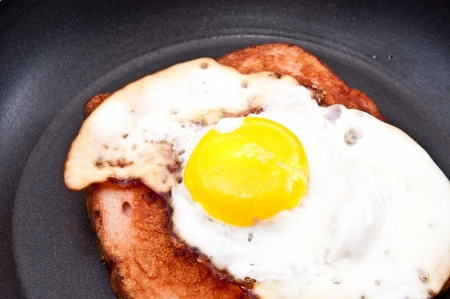 semmel: Meat loaf and fried egg in a skillet (macro view)