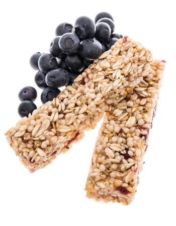 barra de cereal: Barras de Granola con los arándanos aislados en fondo blanco Foto de archivo