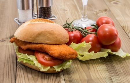sandwich de pollo: Sandwich de carne frito en el fondo de madera