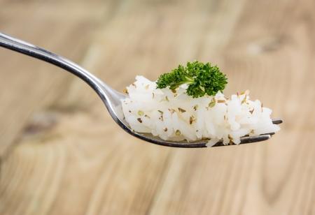 arroz chino: Arroz en una Tenedor contra la madera