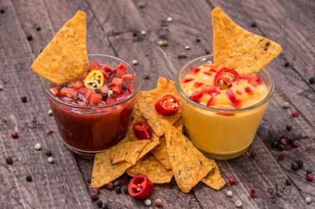 Salsa et fromage sauce avec Nachos fraîches sur fond en bois Banque d'images - 15321549