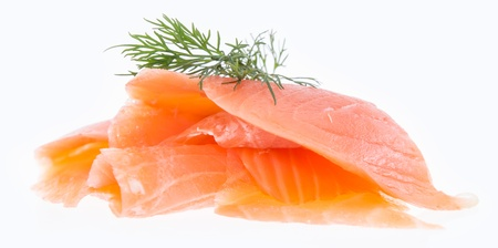 salmon ahumado: Mont�n de salm�n cubierto con eneldo aislado sobre fondo blanco Foto de archivo