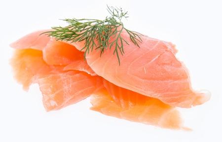 salmon ahumado: Montón de salmón cubierto con eneldo aislado sobre fondo blanco Foto de archivo