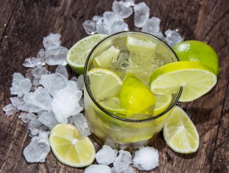ice crushed: Caipirinha met Crushed Ice op houten achtergrond Stockfoto