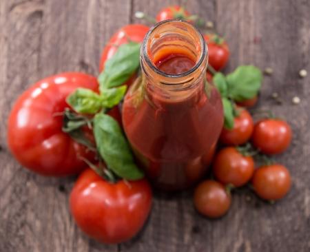 Fresh made Tomato Ketchup auf hölzernen Hintergrund