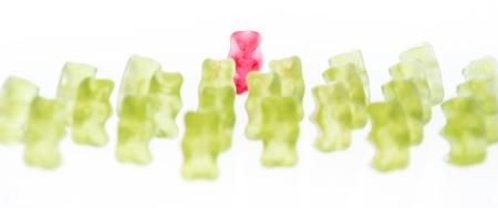 gummi: Red Gummi Orso di fronte verde Gummi Bears (isolato su bianco)