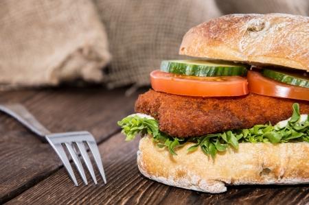sandwich au poulet: Sandwich au poulet fra�che faite sur fond de bois