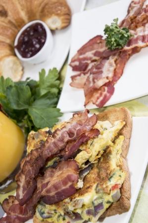 scrambled eggs: Huevos revueltos con tocino en la parte superior