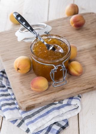 marillenmarmelade: Hausgemachte Apricot Jam auf h�lzernen Hintergrund Lizenzfreie Bilder