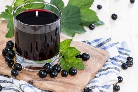 일부 과일과 신선한 검은 건포도 주스