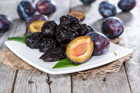 Tas de prunes séchées fraîches