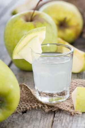 Licor de manzana en peque�os vasos con frutas photo