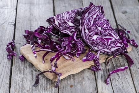 cabbage: Porción de ensalada de col roja en el fondo de madera de época