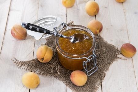 marillenmarmelade: Hausgemachte Aprikosenmarmelade auf Holzuntergrund