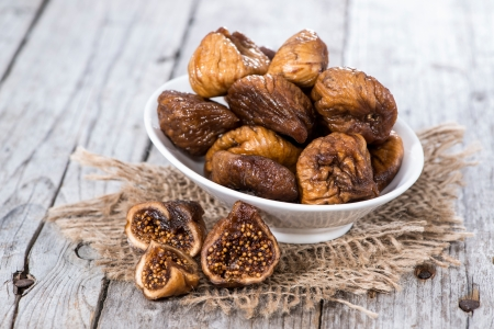 Figs (dried) on a wooden background Imagens