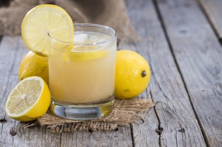 jus de citron: Verre rempli de jus de citron frais fait