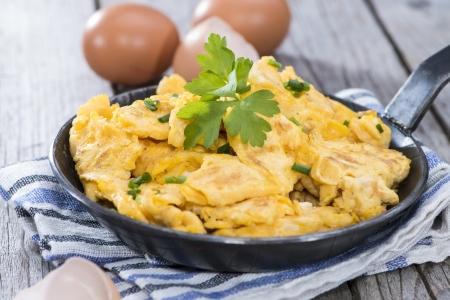 scrambled eggs: Porci�n de huevos revueltos reci�n hechas rematada con algunas hierbas