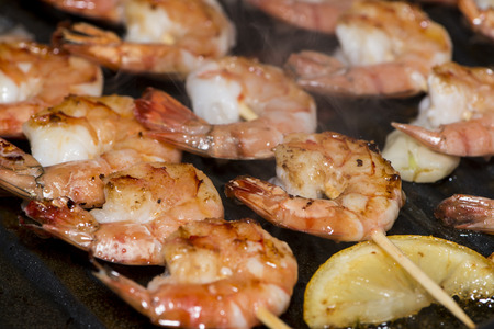 Gambas frescas brochetas en una sart�n (close-up shot) photo