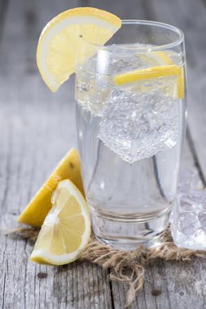 木製の背景に氷とレモン炭酸水 写真素材