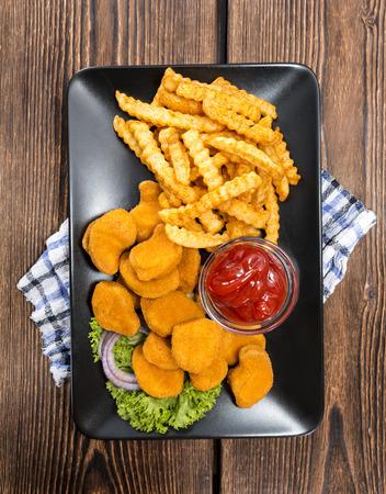 nuggets de poulet: Certains frais faits Nuggets de poulet avec des frites croustillantes or Banque d'images