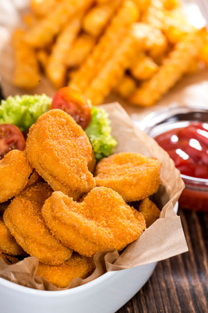 nuggets pollo: Nuggets de pollo con papas a la francesa (detallado close-up foto)