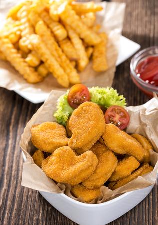 nuggets de poulet: Partie de p�pites de poulet avec frites (d�taill�es gros plan) Banque d'images