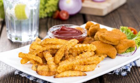 nuggets de poulet: Partie de Nuggets de poulet avec frites (d�taill�es gros plan) Banque d'images
